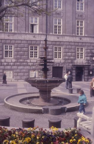 Rasche, Ernst: Dröppelminna (Brunnen- und Platzgestaltung), Blick auf Rathaus; Foto: Kunstmuseum Mülheim an der Ruhr, vor 2001 (digitalisiertes Foto).