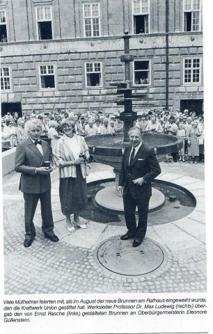 Rasche, Ernst: Dröppelminna (Brunnen- und Platzgestaltung), Einweihung des Brunnens; Foto: Mülheimer Jahrbuch 1986, S. 269.