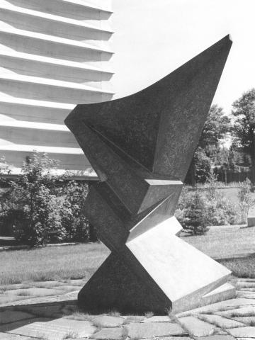 Rasche, Ernst: Skulptur in der Landschaft, ehemaliger Standort: Firmensitz Agiplan, Zeppelinstr. 301; Zustand 1986; Foto aus: Ernst Rasche Bildhauer 1926-1986, 1987, S. 87 (Foto: Foto Serwotke, Vogler, Fränzen).