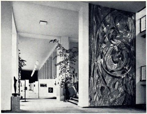 Siepmann, Heinrich: Spiralnebel, Gesamtansicht mit Rathaushalle, ursprünglichen Standort; Foto: Mülheimer Jahrbuch 1967.