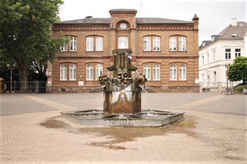 Stirnberg, Bonifatius: Brunnen mit Gesamtansicht des Heißener Marktplatzes; Foto: Kunstmuseum Mülheim an der Ruhr 2008.