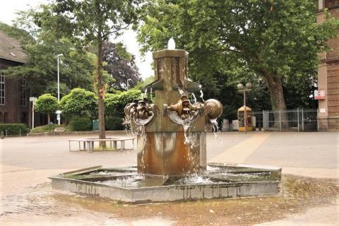 Stirnberg, Bonifatius: Brunnen auf dem Heißener Marktplatz; Foto: Kunstmuseum Mülheim an der Ruhr 2008.