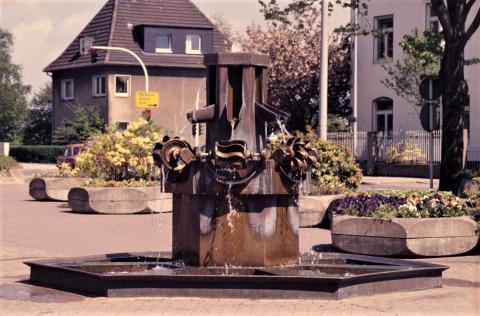 Stirnberg, Bonifatius: Brunnen auf dem Heißener Marktplatz; Foto: Kunstmuseum Mülheim an der Ruhr, vor 2001 (Digitalisiertes Foto; 1990er?).