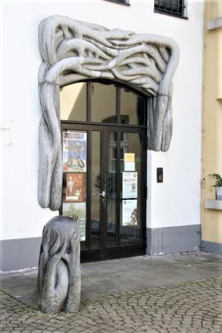 Weber, Georg: o. T. (zweiteilige Portalgestaltung (Äste und Kugel)) ; Foto: Kunstmuseum Mülheim an der Ruhr 2007.
