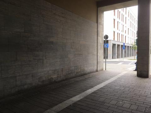 """ehemaliger und zukünftiger Anbringungsort des Reliefs """"Stadtansicht mit Friedrich-Wilhelms-Hütte"""", Blickrichtung zu """"Am Rathaus"""", Foto: Kunstmuseum Mülheim an der Ruhr, 2019."""