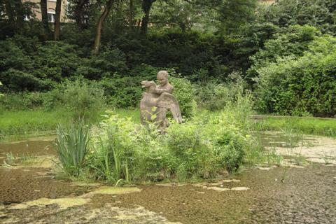 Deus, Willi: Brunnen (Junge mit Schwan); Foto: Kunstmuseum Mülheim an der Ruhr/ Ralf Raßloff 2008.