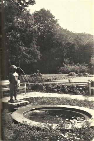 """Jötte-Heidemann, Erika: Männeken - Brunnenskulptur """"Männeken"""" und Gesamtansicht Brunnen, Zustand 1958; Foto: Mülheimer Jahrbuch 1958."""
