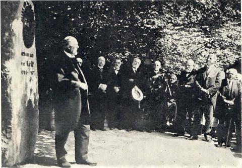 Aufstellung des Gedenksteins für Hermann von Kamp im Jahr 1929; Foto: Mülheimer Jahrbuch 1965, S.83.
