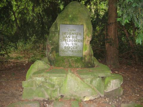 Kriegerdenkmal 1914-1918 / 1939-1945 (Gedenkstein); Foto: Kunstmuseum Mülheim an der Ruhr 2017.