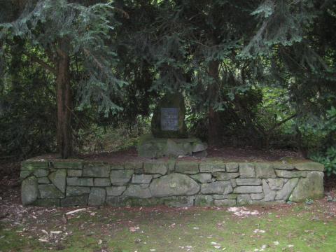 Kriegerdenkmal 1914-1918 / 1939-1945 (Gedenkstein; Gesamtansicht); Foto: Kunstmuseum Mülheim an der Ruhr 2017.