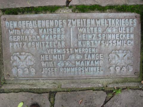 Kriegerdenkmal 1914-1918 / 1939-1945, Detail: Inschrift; Foto: Kunstmuseum Mülheim an der Ruhr 2007.
