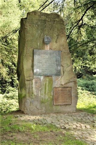 Kriegerdenkmal 1914-1918 / 1939-1945 (Gedenkstein); Foto: Kunstmuseum Mülheim an der Ruhr 2007.
