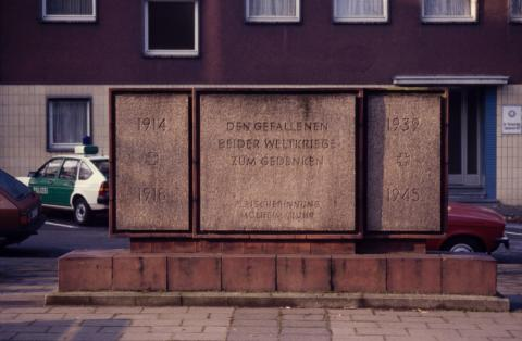 Lickfeld, Hermann: Gedenkstein; Foto: Kunstmuseum Mülheim an der Ruhr o.J. (1980er ?).