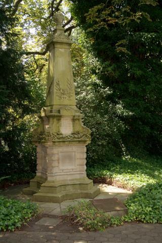 Schneider, P.: Grabstein/ Denkmal für Mülheimer Pfarrer; Foto: Kunstmuseum Mülheim an der Ruhr 2008.
