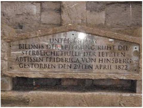 Grabmal der Äbtissin Friderica Agatha von Hinsberg; Detail: Plexiglasplatte mit Inschrift; Foto: Kunstmuseum Mülheim an der Ruhr 2015.