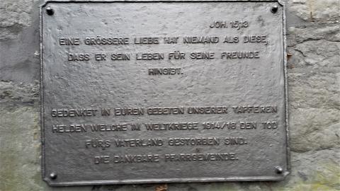 Kriegerdenkmal Saarn, Detail: Inschrift unten; Foto: Kunstmuseum Mülheim an der Ruhr 2015.