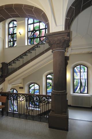 Walter, Hans-Albert: Gesamtansicht: Buntglasfenster im Treppenhaus des Amtsgerichts; Foto: Kunstmuseum Mülheim an der Ruhr 2009.