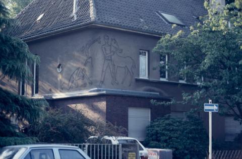 Baur, Ludwig: Jugend, Wandbild an Wohnhaus, Bleichstr. 1, Zustand vor 2001, Foto: Kunstmuseum Mülheim an der Ruhr 2001.
