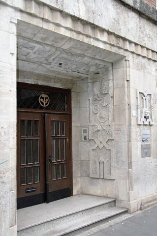 Deus, Willi: Fassadengestaltung am Innungshaus, Detail: Türlaibungen mit Symbolisierungen für verschiedene Gewerke, Foto: Kunstmuseum Mülheim an der Ruhr/ Ralf Raßloff 2007.