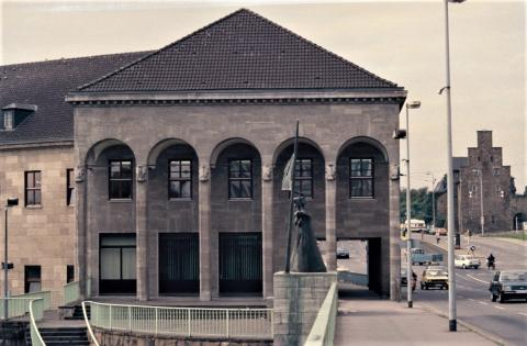 Hoselmann, Willy: Reliefs verschiedener Stadtwappen (gnaz rechts: Mülheim an der Ruhr), o.J., Foto: Kunstmuseum Mülheim an der Ruhr 1980er Jahre (?).