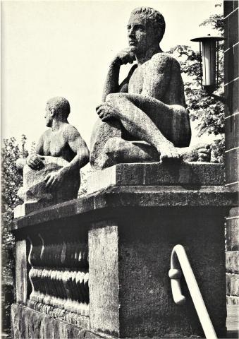 Janssen, Ulfert: Skulpturen an des Haupteingang Max-Planck-Instituts, Foto: Mülheimer Jahrbuch 1969.