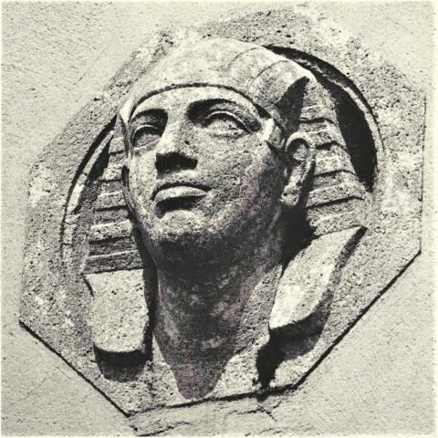 """Janssen, Ulfert: Relief """"Kopf der Sphinx"""" am Haupteingang des Max-Planck-Instituts, Foto: Mülheimer Jahrbuch 1969."""