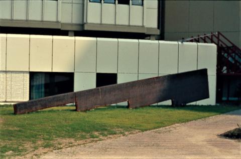 Nierhoff, Ansgar: Abstufungen / Graduations (Stahlskulptur), Foto: Kunstmuseum Mülheim an der Ruhr o.J. (1985/86?).