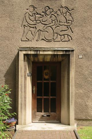 Prasse, Karl: Figurengruppe mit Hund, Wandrelief, Foto: Kunstmuseum Mülheim an der Ruhr/ Ralf Raßloff 2008.
