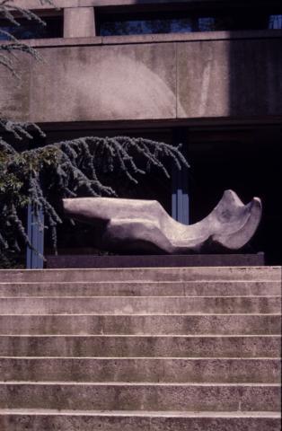 Prasse, Karl: Liegender Torso, 1976; Foto: Kunstmuseum Mülheim an der Ruhr 2001.