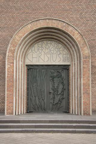 Wyland, Carl: Portal mit Tympanon-Relief; Foto: Kunstmuseum Mülheim an der Ruhr 2007.