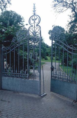 Wyland, Carl: Gartentor (Eingang zur Feldmannstiftung); Foto: Kunstmuseum Mülheim an der Ruhr, vor 2001 (digitalisiertes Foto).