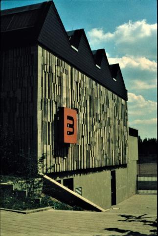 Müllenholz, Leo: Wandgestaltung/ Betonrelief - Außenwand der Turnhalle an der Prinzeß-Luise-Straße (RS Broich?); Foto: Kunstmuseum Mülheim an der Ruhr o.J. (vor 2001, 1980er?).