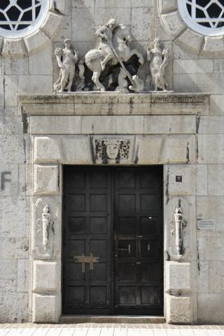 Pfeifer/ Großmann: Portal mit Supraportenrelief (Reiterstandbild mit zwei weiteren Figuren) am Rathaus, Eingang zur ???; Foto: Kunstmuseum Mülheim an der Ruhr 2009.