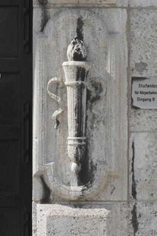 Pfeifer/ Großmann: Relief einer Fackel, Detail des Portals mit Supraportenrelief am Rathaus, Eingang zur ???; Foto: Kunstmuseum Mülheim an der Ruhr 2009.