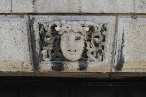 Pfeifer/ Großmann: Keil- bzw. Schlussstein mit Medusa(?)-Relief, Details eines Portasl am Rathaus, Eingang zur ???; Foto: Kunstmuseum Mülheim an der Ruhr 2009.