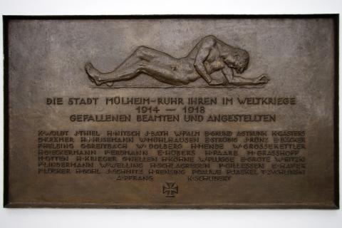 Knubel, Johannes: Mahnmal für die Gefallenen im 1. WK; Detail der Inschrift; Foto: Kunstmuseum Mülheim an der Ruhr/ Ralf Raßloff 2008 © VG Bild-Kunst Bonn, 2020.