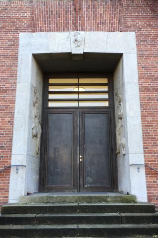 Meller, Willy: Drei Reliefs am Portal (zum ehemaligen Jungentrakt) der Realschule Stadtmitte, Gesamtansicht, 1925-1928.