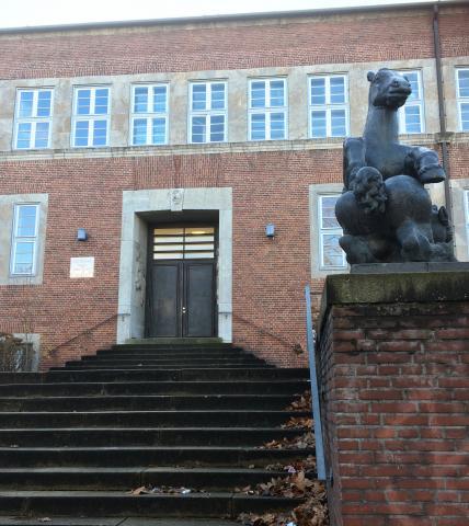 """Meller, Willy: Drei Reliefs am Portal (zum ehemaligen Jungentrakt) der Realschule Stadtmitte, Gesamtansicht mit """"Fohlengruppe"""" von Jupp Rübsam, 1925-1928."""