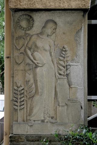Pfeilerreliefs: ganz links: Frau mit Krügen; Foto: Kunstmuseum Mülheim an der Ruhr 2007.