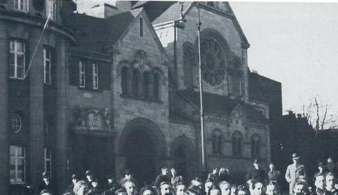 Janssen, Ulfert: Skulpturgruppe über dem Portal der Sparkasse mit Synagoge (Zustand um 1930?), Foto: Mülheimer Jahrbuch 1984.