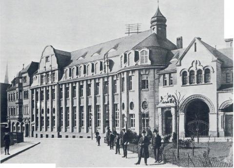 Janssen, Ulfert: Skulpturgruppe über dem Portal der Sparkasse mit Blick über den Viktoriaplatz (Zustand um 1910), Foto: Mülheimer Jahrbuch 1985.