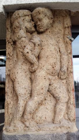 Portalfiguren am Haupteingang des Mülheimer Hauptbahnhofs; Foto: Kunstmuseum Mülheim an der Ruhr 2017.