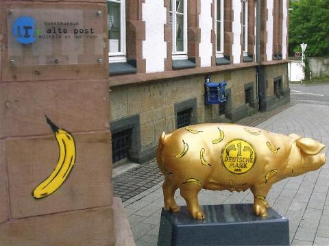 Baumgärtel, Thomas: Bananenschwein und Spraybanane, ursprünglicher Aufstellungsort vor dem Eingang des Kunstmuseums (2002); Foto: Kunstmuseum Mülheim an der Ruhr 2002.