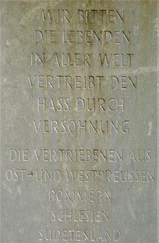 Horn, Mark: Gedenktstein für Vertriebene - Detail Inschrift; Foto: Kunstmuseum Mülheim an der Ruhr 2016.