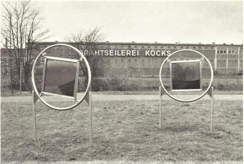 Brinkmann, Rainer: Sedimentationsscheiben, MüGa 1992; Foto aus: Kunst auf der MüGa, Dokumentation zu den Projekten vor Ort, Hrsg. Städtisches Kunstmuseum Mülheim an der Ruhr, (1992), o. S.