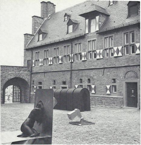 Könitz, Peter: Tunnel (usprüngliche Aufstellung im Hof des Schloß Broich); Foto: Mülheimer Jahrbuch (?) 1976; © VG-Bildkunst, Bonn 2019.
