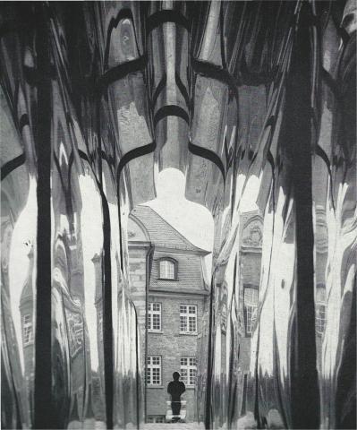Könitz, Peter: Tunnel (usprüngliche Aufstellung im Hof des Schloß Broich; Innenansicht); Foto: Mülheimer Jahrbuch (?) 1976; © VG-Bildkunst, Bonn 2019.