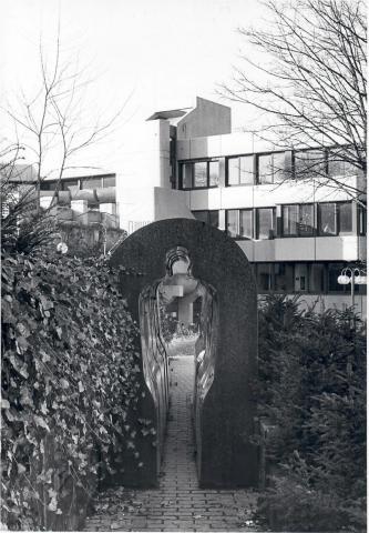 Könitz, Peter: Tunnel (Standort vor der VHS); Foto: Mülheimer Jahrbuch (?) 1982; © VG-Bildkunst, Bonn 2019.