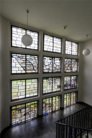 Lottner, Peter: Buntglasfenster im Treppenhaus des Polizeipräsidiums,  Mitteilteil, Zustand: 2017; Foto: Kunstmuseum Mülheim an der Ruhr 2017.