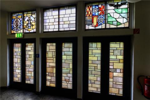 Lottner, Peter: Buntglasfenster im Treppenhaus des Polizeipräsidiums - oberstes Stockwerk, Zustand: 2017; Foto: Kunstmuseum Mülheim an der Ruhr 2017.